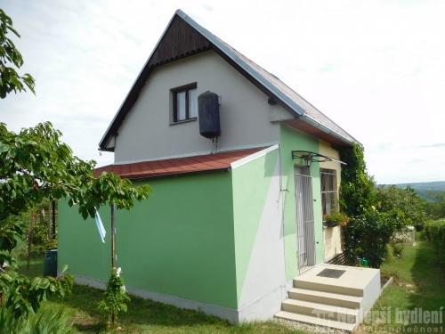 Prodej chaty a chalupy: Chata se zahradou v klidné lokalitě s krásným výhledem na obec Moravský Krumlov
